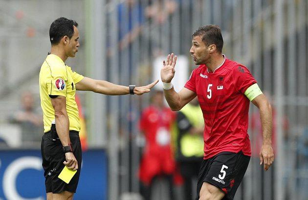 Albánský kapitán Lorik Cana dostává první žlutou kartu za faul v utkání mistrovství Evropy proti Švýcarsku.
