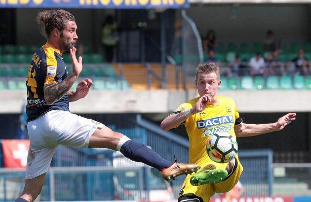 Česský fotbalista Jakub Jankto v dresu Udine (vpravo) odehrává míč přes bránícího Franca Zuculiniho z Verony v utkání Serie A. Udine vyhrálo 1:0, rozhodl Antonín Barák.