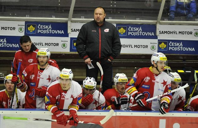 Trenér Ladislav Lubina na střídačce Slavie.