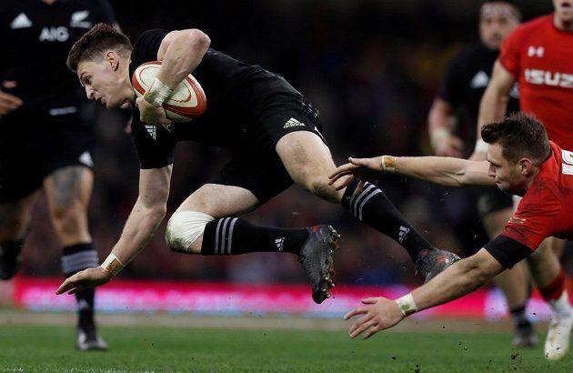 Létající ragbista. Beauden Barrett z Nového Zélandu v utkání s Walesem.