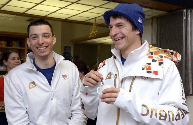 Snowboardista David Bakeš (vlevo) a lyžař Kryštof Krýzl neskrývali před odletem do Soči dobrou náladu.