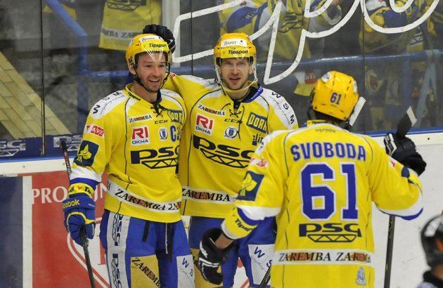 Zlínští útočníci Petr Čajánek (vlevo), Ondřej Veselý (uprostřed) a Jakub Svoboda se radují ze vstřelení gólu proti Vítkovicím.