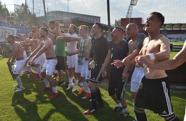 Karvinští fotbalisté oslavují záchranu v první lize.