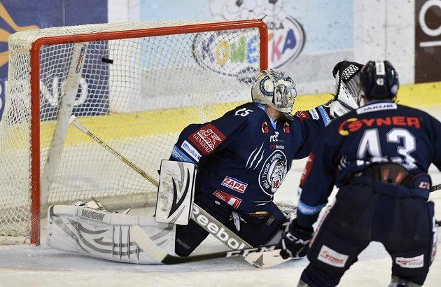 Brankář Liberce Ján Lašák inkasuje gól v utkání na ledě Brna.