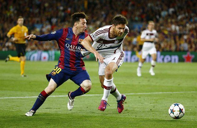 Lionel Messi (vlevo) z Barcelony bojuje o míč s Xabim Alonsem z Bayernu.