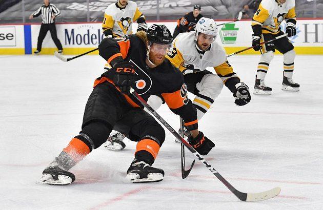 Český útočník Jakub Voráček z Philadelphie v akci během utkání NHL s Pittsburghem. Na snímku dotírá na Voráčka obránce Penguins Brian Dumoulin (8).