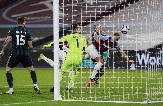 Craig Dawson střílí druhý gól fotbalistů West Hamu v ligovém utkání s Leedsem.