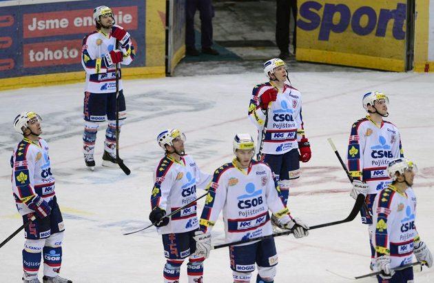 Zklamaní pardubičtí hokejisté po porážce na Slavii.