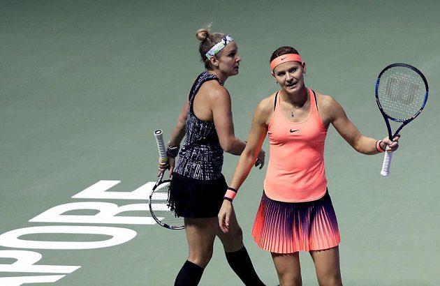 Česko-americký tenisový pár Lucie Šafářová a Bethanie Matteková-Sandsová během finále čtyřhry na Turnaji mistryň.