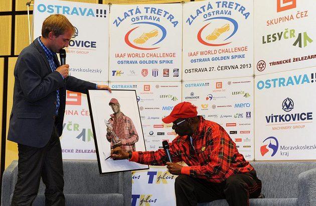 Olympijský vítěz Bob Beamon (vpravo) a moderátor Libor Bouček během setkání v hotelu Clarion v rámci 52. ročníku atletického mítinku Zlatá tretra v Ostravě.
