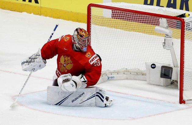 Ruský gólman Andrej Vasilevskij inkasuje gól v zápase s českým týmem.
