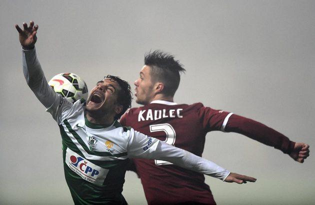 Jablonecký obránce Jose Romera (vlevo) a Václav Kadlec ze Sparty bojují o míč.
