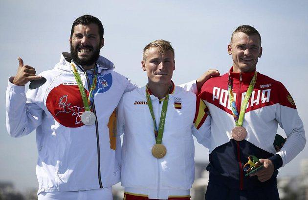 Stupně vítězů. Druhý Josef Dostál (vlevo). Vítěz Španěl Walz a třetí Rus Anoškin. Trojka nejlepších kajakářů v Riu na 1000 metrů.