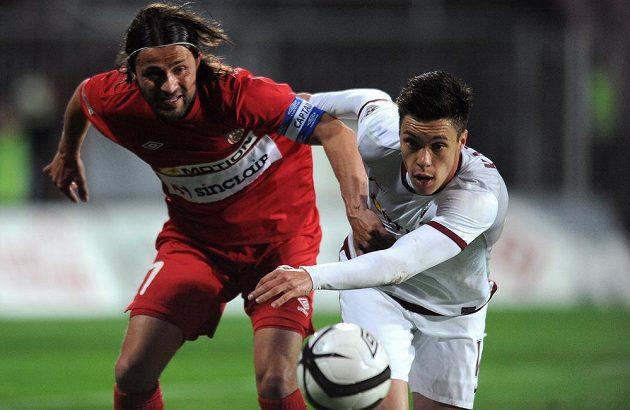 Brněnský záložník Pavel Zavadil (vlevo) bojuje o míč s útočníkem pražské Sparty Václavem Kadlecem.