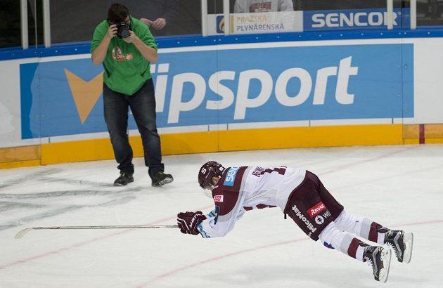 Jaroslav Hlinka ze Sparty po utkání oslavuje svůj jubilejní gól a výhru.