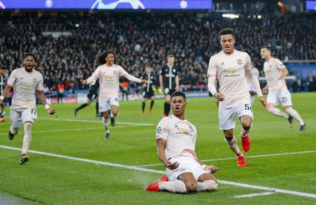 Klečící Marcus Rashford z Manchesteru United se raduje z trefy, která jeho tým posouvá v Lize mistrů dál.