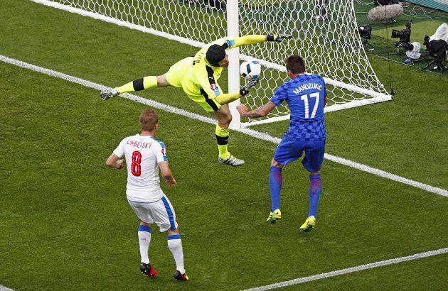 Brankář Čech měl velké štěstí, že ho chorvatský útočník Mandžukič v této šanci trefil.