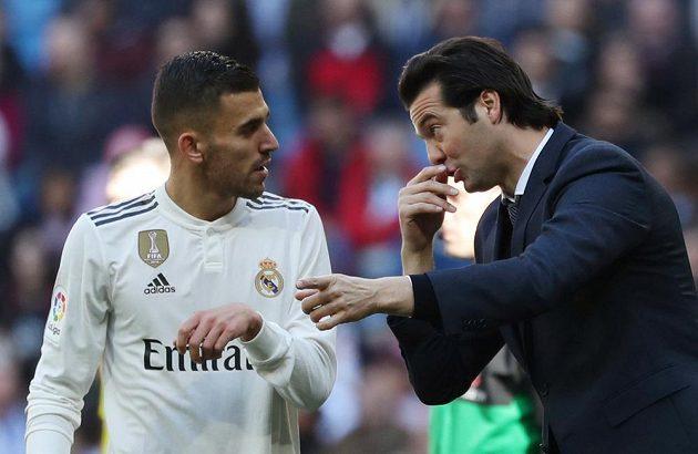 Trenér Realu Madrid Santiago Solari uděluje pokyny Dani Ceballosovi.