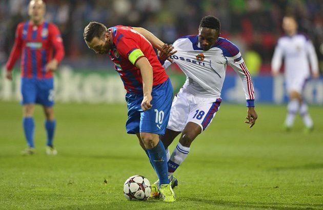 Kapitán plzeňských fotbalistů Pavel Horváth (vlevo) v souboji s Ahmedem Musou z CSKA Moskva.