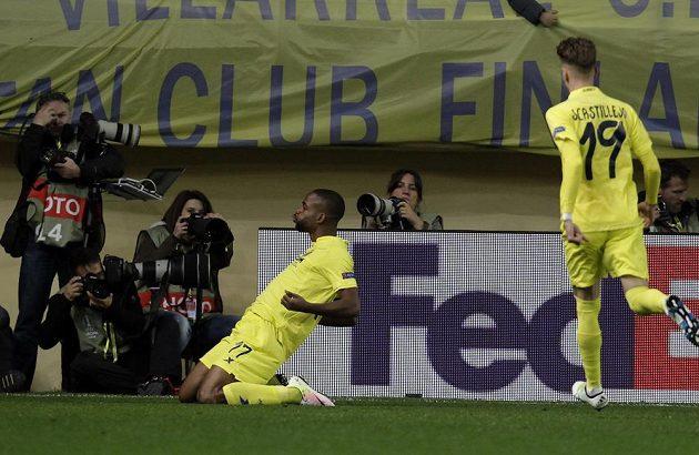 Útočník Villarrealu Cédric Bakambu takto slavil svůj gól v úvodním zápase čtvrtfinále Evropské ligy proti Spartě.