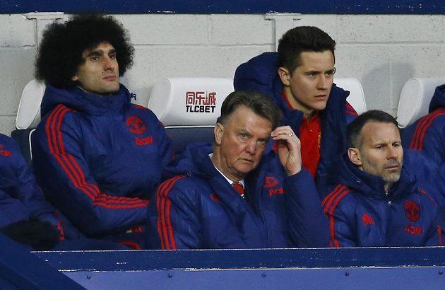 Zamyšlení lavička Manchesteru United v čele s koučem Louisem van Gaalem.