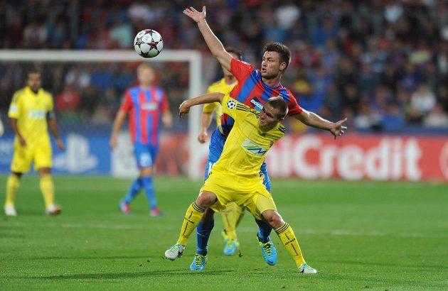Plzeňský útočník Tomáš Wágner (uprostřed) a Aleš Mejač z Mariboru bojují o míč.