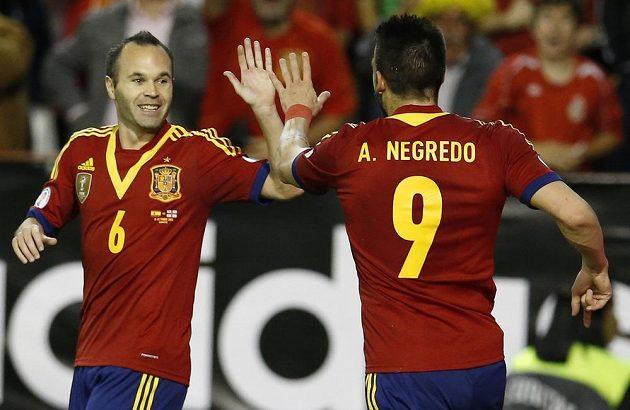 Alvaro Negredo (zády) a Andrés Iniesta slaví gól proti Gruzii i postup na MS.