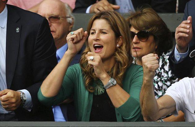 Manželka Rogera Federera Mirka při semifinále Wimbledonu s Tomášem Berdychem.