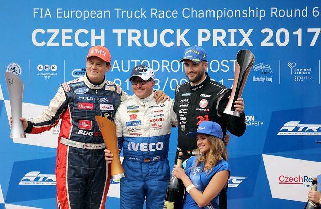Na stupních vítězů po závodě ME v Mostě jsou po prvním závodě zleva jako druhý Adam Lacko z ČR, první Jochen Hahn z Německa a jako třetí Norbert Kiss z Maďarska.