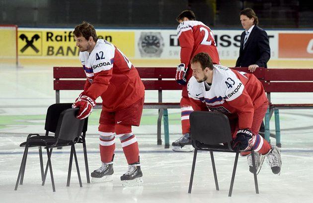 Petr Koukal (vlevo) a Jan Kovář během týmového fotografování.