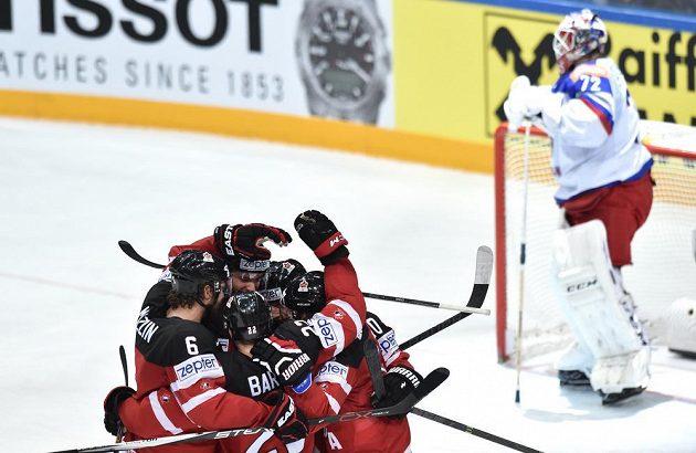 Hokejisté Kanady oslavují první gól v ruské brance ve finále mistrovství světs v Praze.