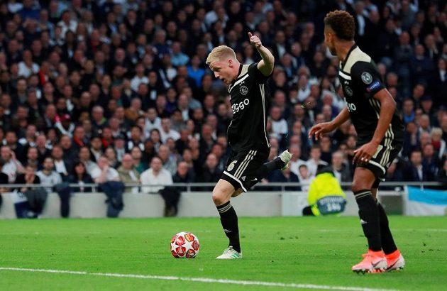 Fotbalista Ajaxu Donny van de Beek střílí úvodní gól v prvním semifinále Ligy mistrů na stadionu Tottenhamu.