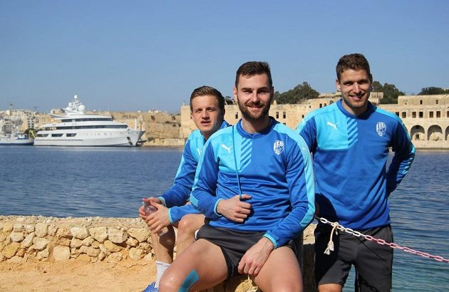 Fotbalisté Viktorie Plzeň zleva Jan Kopic, Radim Řezník a Jan Kovařík na herním soustředění na Maltě.