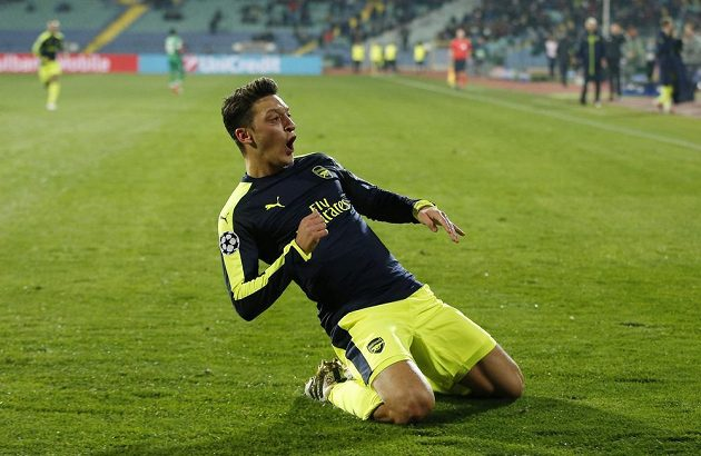 Mesut Özil z Arsenalu jásá, Arsenal dotáhl duel v Bulharsku k výhře.