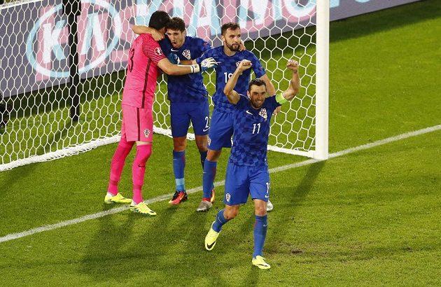Chorvatští fotbalisté děkují brankáři Danijelu Subašičovi za vychytanou penaltu.