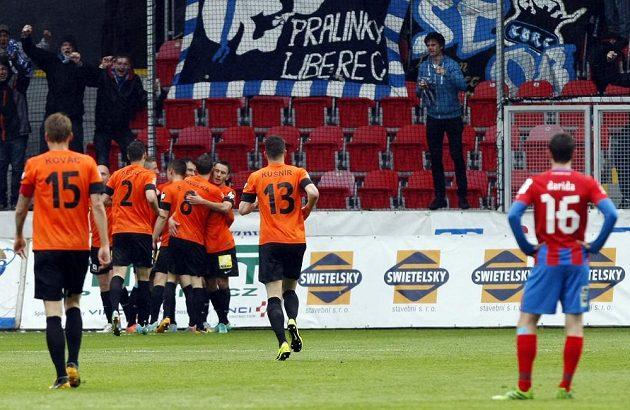 Liberečtí fotbalisté se radují z gólu proti Plzni ve 29. kole Gambrinus ligy.