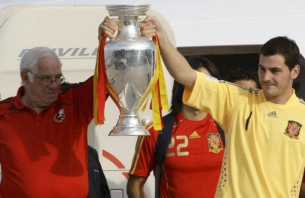 Mistři jsou v Madridu. Trenér šampiónů drží společně s kapitánem mužstva brankářem Ikerem Casillasem trofej pro vládce Eura 2008.