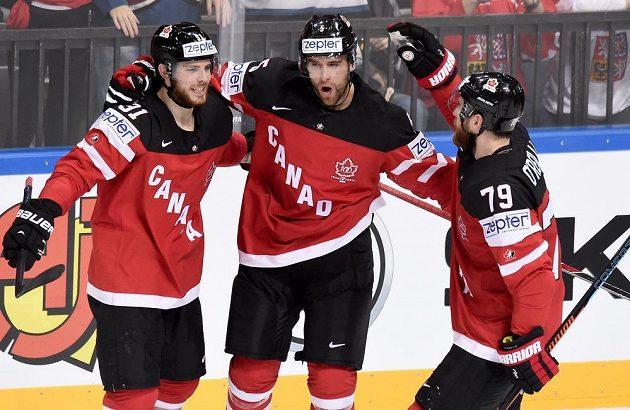 Hokejisté Kanady (zleva) Tyler Seguin, Aaron Ekblad a Ryan O'Reilly oslavují na loňském MS gól během utkání se Švédskem.