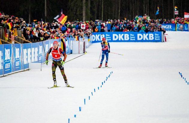 Němka Laura Dahlmeierová v cílové rovince před Gabrielou Soukalovou.