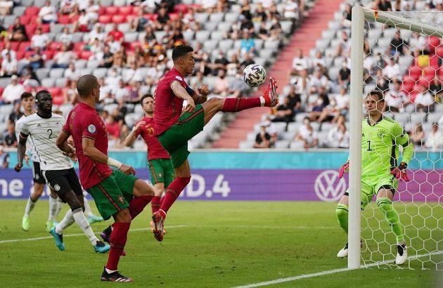 Portugalec Cristiano Ronaldo v akci před druhým gólem svého týmu, který vsítil Diego Jota, v zápase skupiny F na ME ve fotbale s Německem.