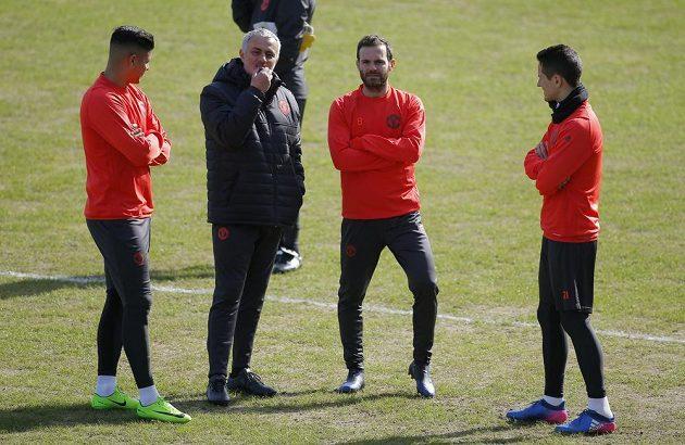 Trenére, tak co s tím...? Zleva Marcos Rojo, kouč José Mourinho, Juan Mata a Ander Herrera.