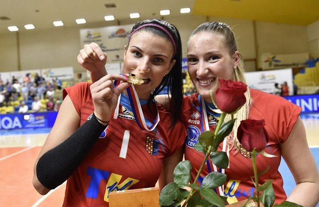 Zleva Andrea Kossányiová a Laura Emontsová z Prostějova slaví titul.