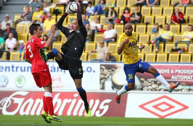 Zleva brněnští hráči Petr Buchta a brankář Martin Doležal, vpravo Nivaldo Santos z Teplic.