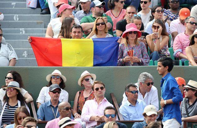 Fanoušci Simony Halepové v hledišti při finále French Open.