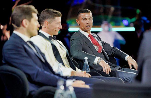 Cristiano Ronaldo, Robert Lewandowski a Iker Casillas během slavnostního vyhlášení