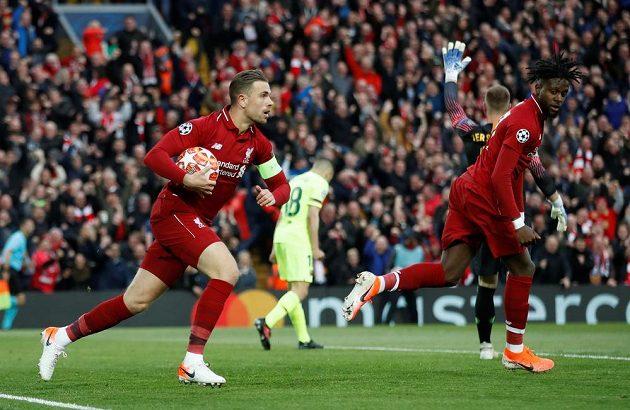 Liverpoolští Divock Origi (vpravo) a Jordan Henderson se radují z gólu proti Barceloně.