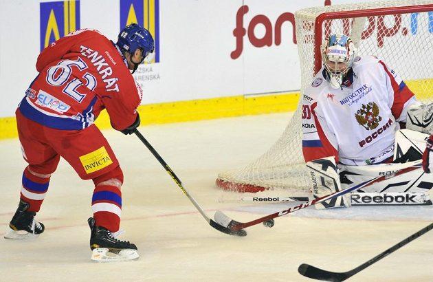 Český hokejový útočník Petr Tenkrát (vlevo) se snaží překonat ruského brankáře Konstantina Barulina.