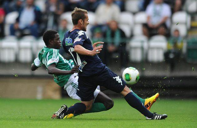 Martin Kuncl ze Slovácka (vpředu) a Moustapha Ndiaye z Bohemians bojují o míč.