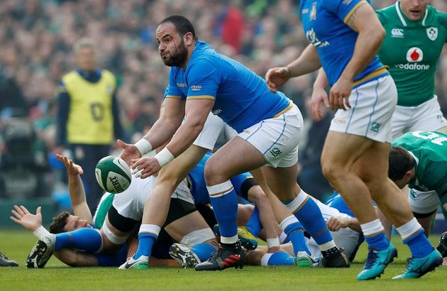 Ital Simone Ferrari zakládá další útok v duelu s Irskem.
