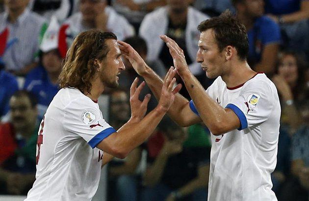 Střelec gólu Libor Kozák (vpravo) děkuje za asistenci Petrovi Jiráčkovi v zápase proti Itálii.